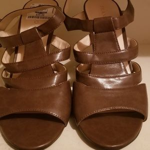 Cute brown leather sandals!